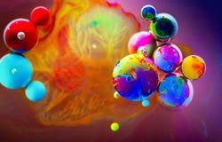 El arco iris a todo color burbujea agua del arte abstracto foto de archivo