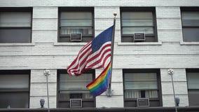 El arco iris y las banderas americanas están agitando en Manhattan almacen de video