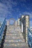 El arco ornamental y las escaleras de cerámica en el tejado rematan la terraza en Túnez Fotos de archivo libres de regalías