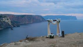El arco que se casa se coloca al borde de la montaña metrajes