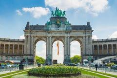 El arco triunfal (Arc de Triomphe) en el parque de Cinquantenaire en Bruselas, Bélgica Imagen de archivo libre de regalías