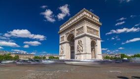 El arco triunfal de Arc de Triomphe del hyperlapse del timelapse de la estrella es uno de los monumentos más famosos de París almacen de metraje de vídeo