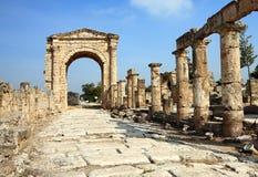 El arco triunfal y el camino romanos (neumático Líbano) Foto de archivo libre de regalías