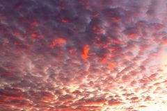 El arderse se nubla contra el contexto del sol poniente Imágenes de archivo libres de regalías