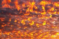 El arderse se nubla contra el contexto del sol poniente Foto de archivo libre de regalías