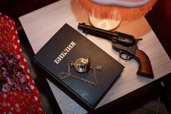 El arma del reloj de bolsillo de la Sagrada Biblia Foto de archivo libre de regalías