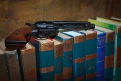 El arma del reloj de bolsillo de la Sagrada Biblia Fotos de archivo libres de regalías