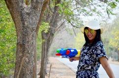 El arma tailandés del retrato de la mujer y de agua del juego juega en al aire libre Fotografía de archivo