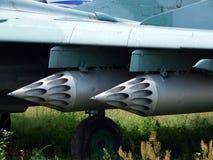 El armamento de aviones y de helicópteros alcanza gran altura rápida y súbitamente, las bombas imagen de archivo
