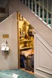 El armario debajo de las escaleras, exhibición de Warner Brothers Studio de las decoraciones para la película de Harry Potter Rei imagenes de archivo