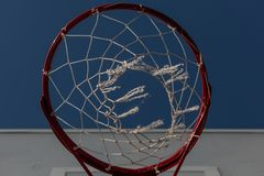 El aro de baloncesto rojo La visión de debajo imágenes de archivo libres de regalías