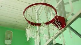 El aro de baloncesto y una cartelera en la escuela se divierten el gimnasio almacen de video