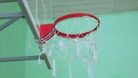 El aro de baloncesto y una cartelera se divierten en el gimnasio de la escuela metrajes