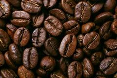 El aroma asó los granos de café, fondo marrón Cierre suave del foco para arriba imagenes de archivo