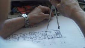 El arquitecto aplica los compases al modelo almacen de metraje de vídeo