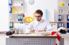 El arquitecto de sexo masculino joven que trabaja en la oficina imágenes de archivo libres de regalías