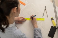 El arquitecto del estudiante dibuja las formas geométricas, práctica del diseño imagenes de archivo