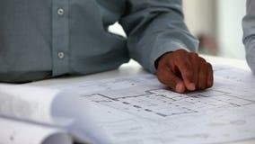 El arquitecto muestra un plan metrajes