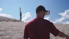 El arquitecto utiliza los vidrios de VR en la construcción en el desierto almacen de video