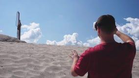 El arquitecto utiliza los vidrios de VR en la construcción en el desierto almacen de metraje de vídeo