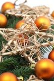 El arreglo con los ornamentos anaranjados de la Navidad y va Imagen de archivo libre de regalías