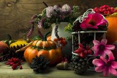 El arreglo de la acción de gracias con las flores rosadas adornó el birdcage, t Foto de archivo