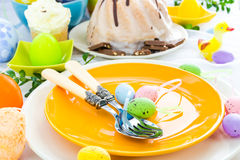El arreglo de la tabla de Pascua eggs los dulces Imagenes de archivo