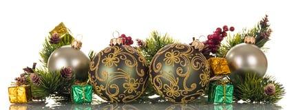 El arreglo de las bolas del Año Nuevo, abeto de la Navidad ramifica, malla aislada en blanco Imagen de archivo