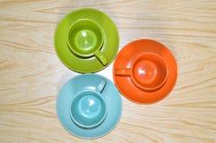 El arreglo de tazas en los platillos Imagen de archivo