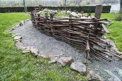 El arreglo del barco de ramas en el jardín Foto de archivo libre de regalías