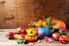 El arreglo rústico de la acción de gracias con las calabazas y los tagetes florecen Foto de archivo libre de regalías
