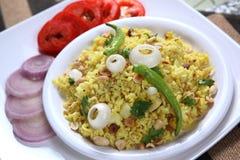El arroz aplanado forma escamas plato, Kande Pohe fotografía de archivo