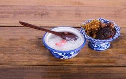 El arroz cocinado cocina tailandesa real del jazmín empapado en agua helada sirvió con la comida complementaria Fotos de archivo libres de regalías