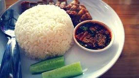 El arroz curruscante del cerdo sirve con la fuente del chile y las comidas asiáticas vegetales de la calle del estilo de las comi fotos de archivo libres de regalías