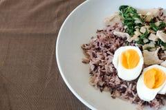 El arroz del cerdo de la albahaca hirvió los huevos, huevos, arroz Imágenes de archivo libres de regalías