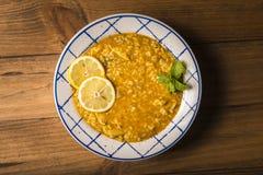 El arroz del pollo con las verduras y las especias presentó en una tabla de madera Imagen de archivo
