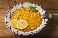 El arroz del pollo con las verduras y las especias presentó en una tabla de madera Foto de archivo libre de regalías