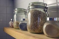 El arroz en el pote en las tejas del fondo Vista lateral, mac Fotografía de archivo libre de regalías