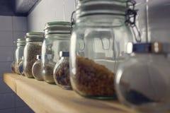 El arroz en el pote en las tejas del fondo Vista lateral, mac Fotos de archivo libres de regalías