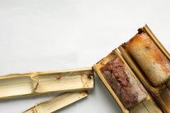El arroz pegajoso asó en el fondo blanco de dos piezas de bambú imagen de archivo libre de regalías