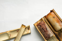 El arroz pegajoso asó en el fondo blanco de dos piezas de bambú fotografía de archivo libre de regalías