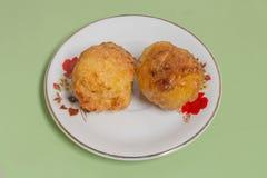 El arroz pegajoso asado a la parrilla hecho en bolas sumerge para egg Foto de archivo