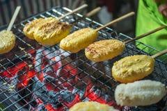 el arroz pegajoso con el huevo asó a la parrilla la comida tradicional asiática Imagen de archivo