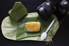 El arroz pegajoso con las natillas cocidas al vapor, envueltas en plátano se va, tailandés Fotos de archivo