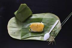 El arroz pegajoso con las natillas cocidas al vapor, envueltas en plátano se va, tailandés Imagen de archivo