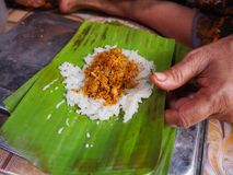 el arroz pegajoso relleno Grilled del Khao-nieo-silbido de bala envuelto en plátano se va Foto de archivo libre de regalías