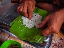 el arroz pegajoso relleno Grilled del Khao-nieo-silbido de bala envuelto en plátano se va Fotos de archivo libres de regalías