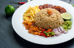 El arroz sazonó con la goma del camarón, comida tailandesa en el plato blanco sobre DA Fotos de archivo libres de regalías