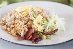 El arroz se mezcló con la goma del camarón, arroz frito con goma del camarón imagenes de archivo