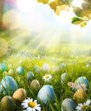 El arte adornó los huevos de Pascua en la hierba con las margaritas Imagen de archivo libre de regalías